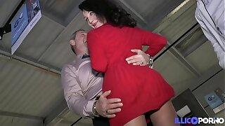 Lyna mature gourmande baisée devant son ancien patron