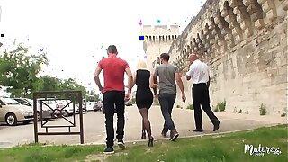 Caroline, la mature salope va à Avignon mob un gangbang hard