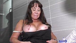 Blandine full-grown aux gros seins baisée devant une femme