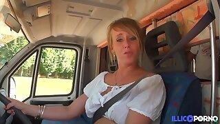 Cecilia baise deux fans dans little one camping-car [Full Video]