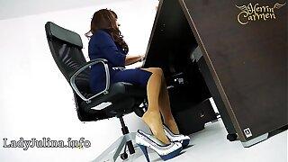 Domina Herrin Carmen im Büro mit Bumptious Heels und Nylons