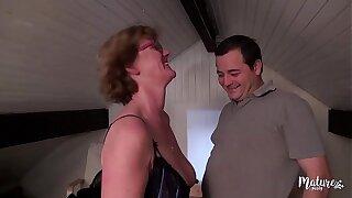Lucie, mature aux gros seins veut rendre jaloux descendant mari